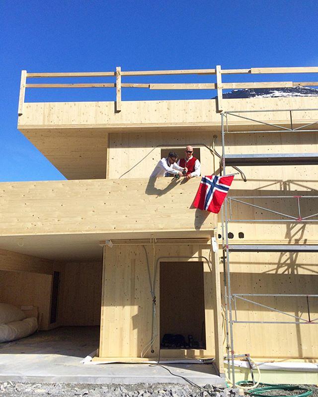 [ Einebustad Geiranger ] Vi feirer den norske nasjonaldagen med å montere flagg på byggeplassen! / We are celebrating the norwegian national day by mounting a flag on the worksite!  #massivtre #solidwood #crosslaminatedtimber #masstimber #bærekraftig #arkitektur #sustainability #sustainabledesign #sustainablearchitecture #sustainableliving #modulardesign #trearkitektur #woodarchitecture #trebygg #heim #nordiskehjem #nordichome #nordicliving #livingnorway #happyliving #byggmester #tømrer #håndtverker #geiranger #geirangerfjord #sunnmøre #worldheritage