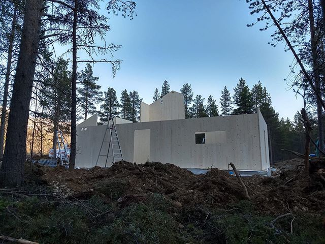[ Einebustad Nordreisa ] Denne veka monterer vi eit massivtrehus i samarbeid med Byggfag-medlem Betongservice AS i Nordreisa vi har prosjektert for melkebonde @hegeliland. Langt vekke for oss, men målet er å overføre kunnskap og erfaring om massivtre rundt i landet - og kanskje lære noko vi kan ta med heim! / We are in the north of Norway to assemble a CLT house in coopetation with local entrepeneur that we have designed for milkfarmer @hegeliland  Far away for us, but the goal is to transfer knowledge and experience about CLT around the country - and maybe learn something we can bring home! #massivtre #solidwood #crosslaminatedtimber #masstimber #bærekraftig #arkitektur #sustainability #sustainabledesign #sustainablearchitecture #sustainableliving #modulardesign #trearkitektur #woodarchitecture #trebygg #heim #nordiskehjem #nordichome #nordicliving #livingnorway #happyliving #byggmester #tømrer #håndtverker #nordreisa #storslett #sørkjosen @byggfagas