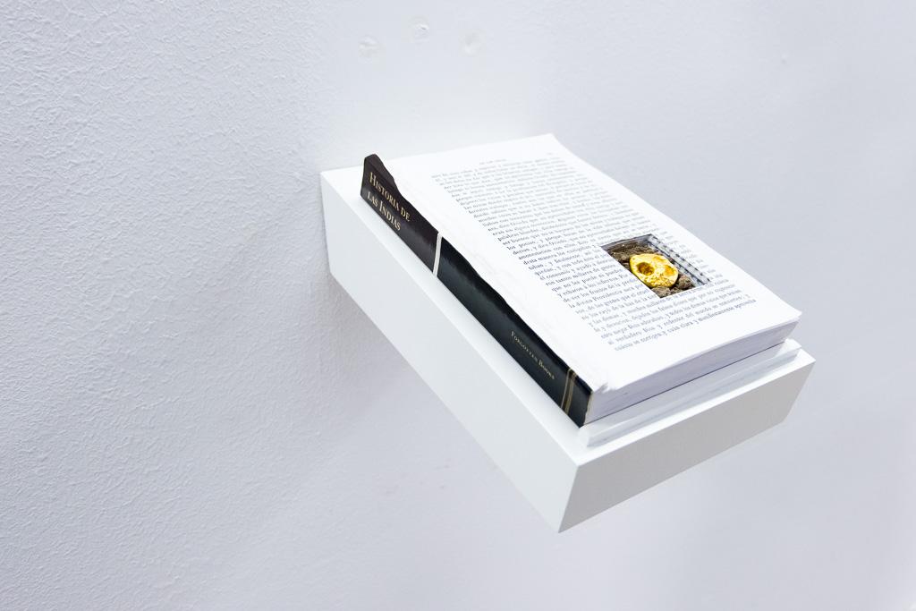 Ivan Sikic / SAQUEO, 2015 - 2018 / Libro, 54 gramos de oro de 24k, tierra / 15 cm x 22 cm x 3 cm