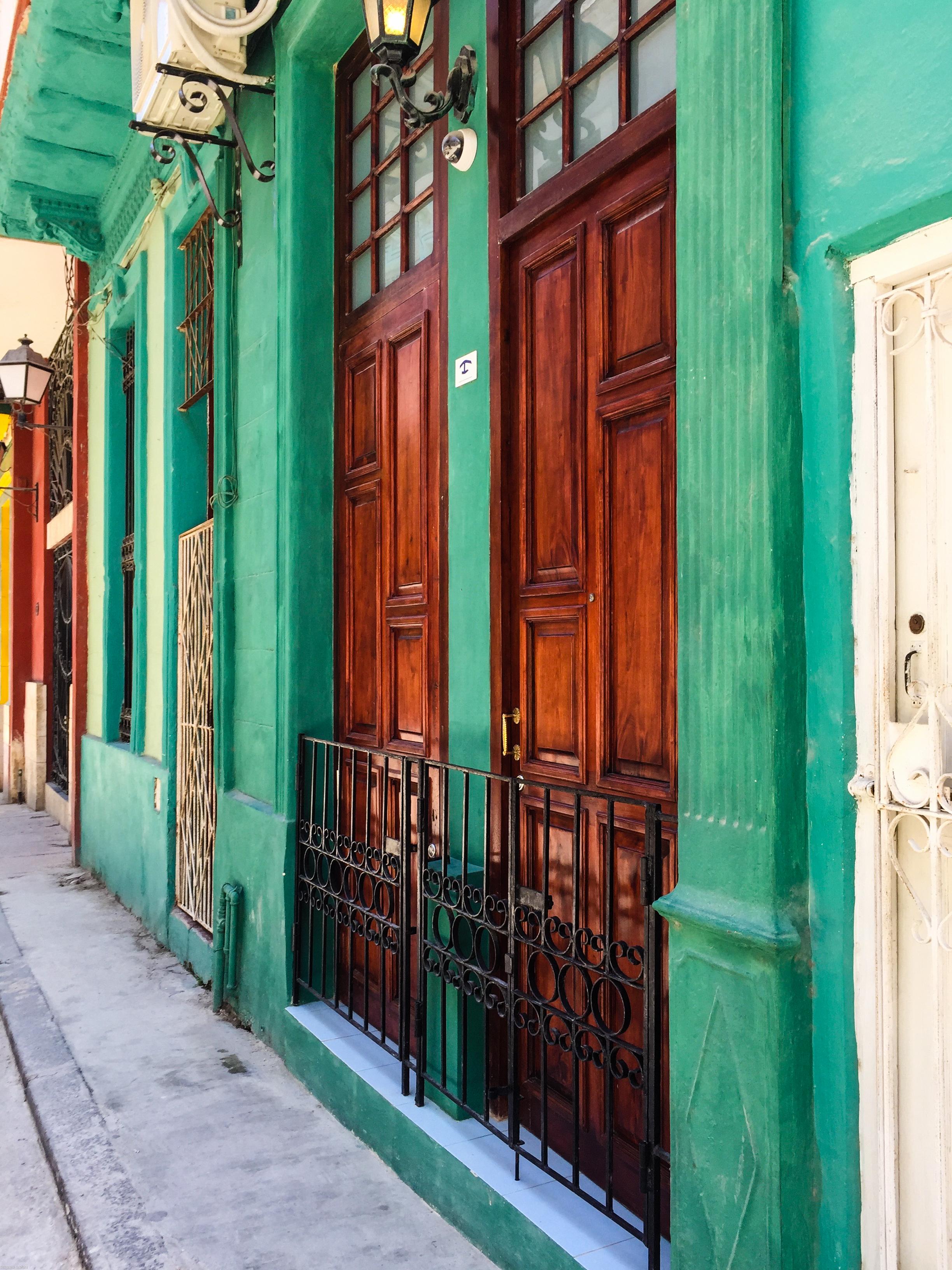 Shining wood doors in Havana