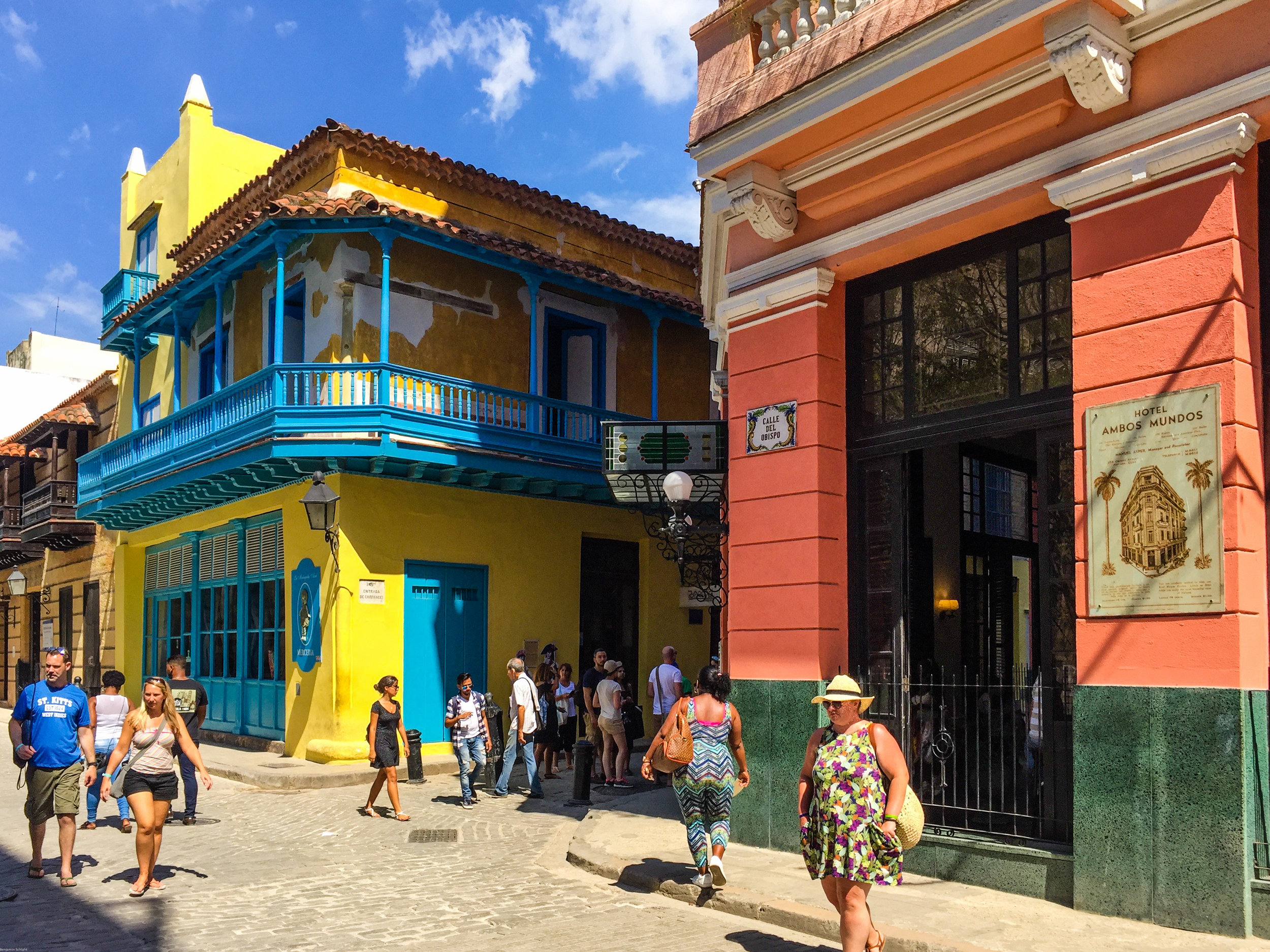 A line of stores to shop at in Havana