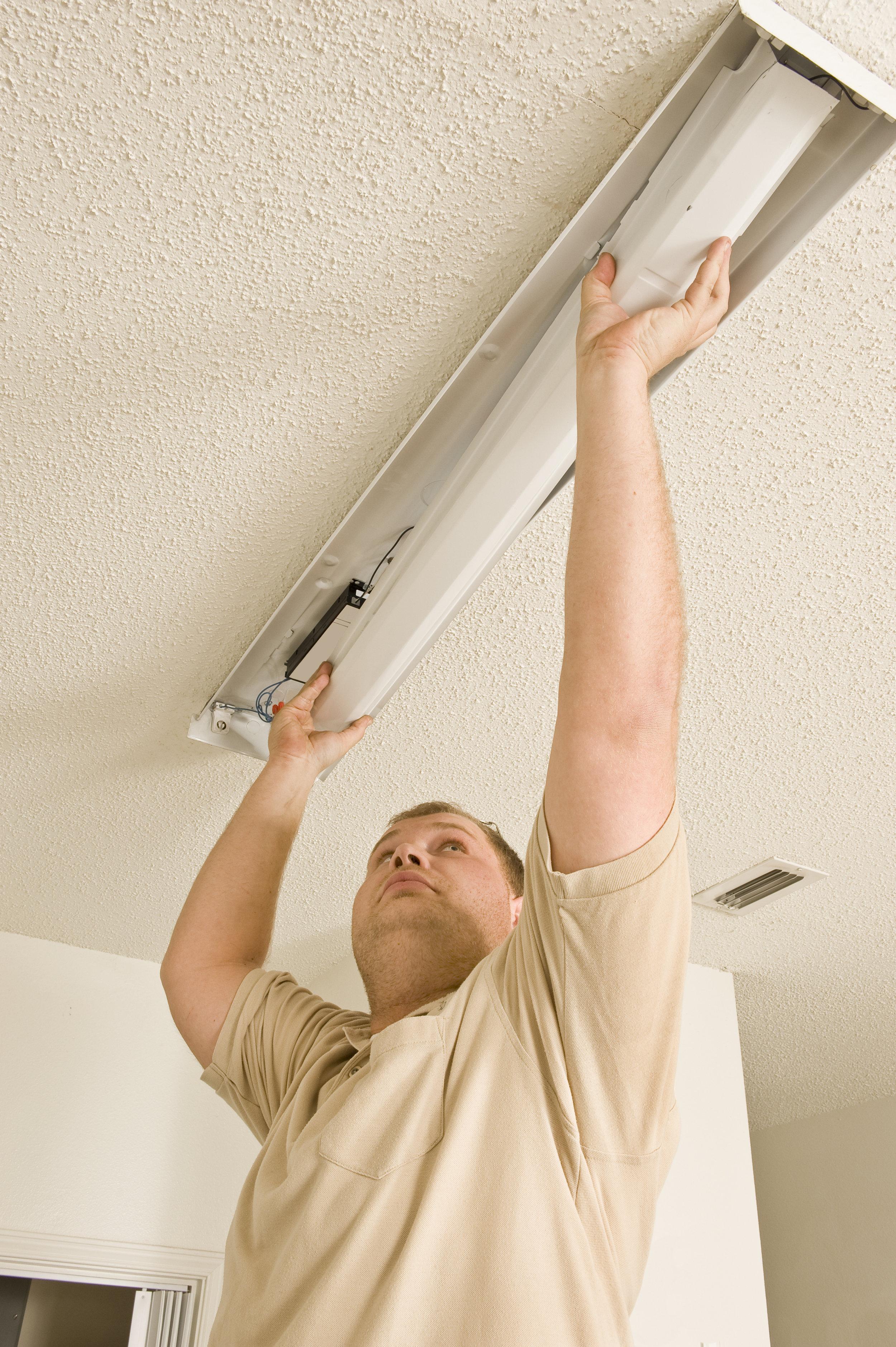 electrician-installing-flourescent-lighting_BYMuhT6Vs.jpg