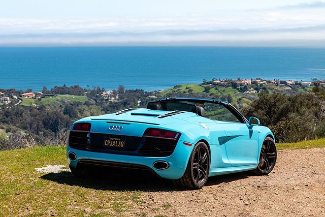 Nothing wakes you up like a cup of coffee and some early morning canyon carving. Where is your favorite early morning drive? . . . #carsandcoffee #coffee #audir8 #audir8spyder #r8 #r8spyder #cruising #mulhollanddrive