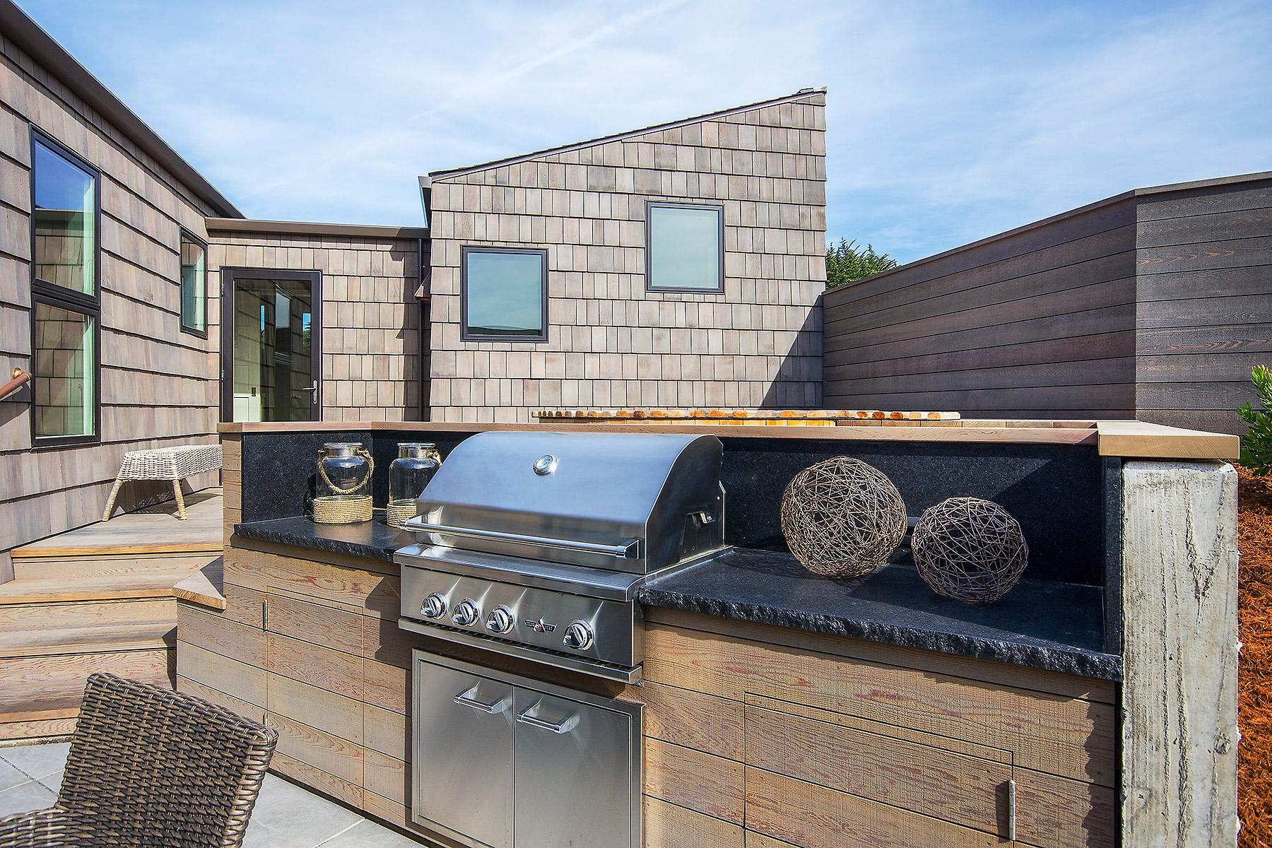 Built-in BBQ with Granite Countertop