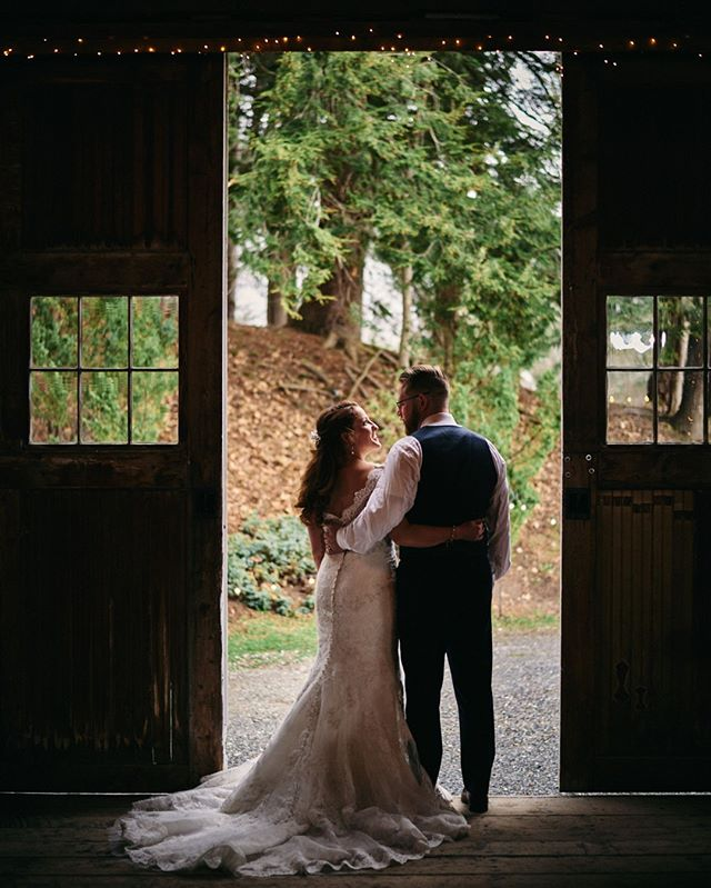 #weddingphotographer Rainy day barn wedding at @westmountaininn in Arlington, VT