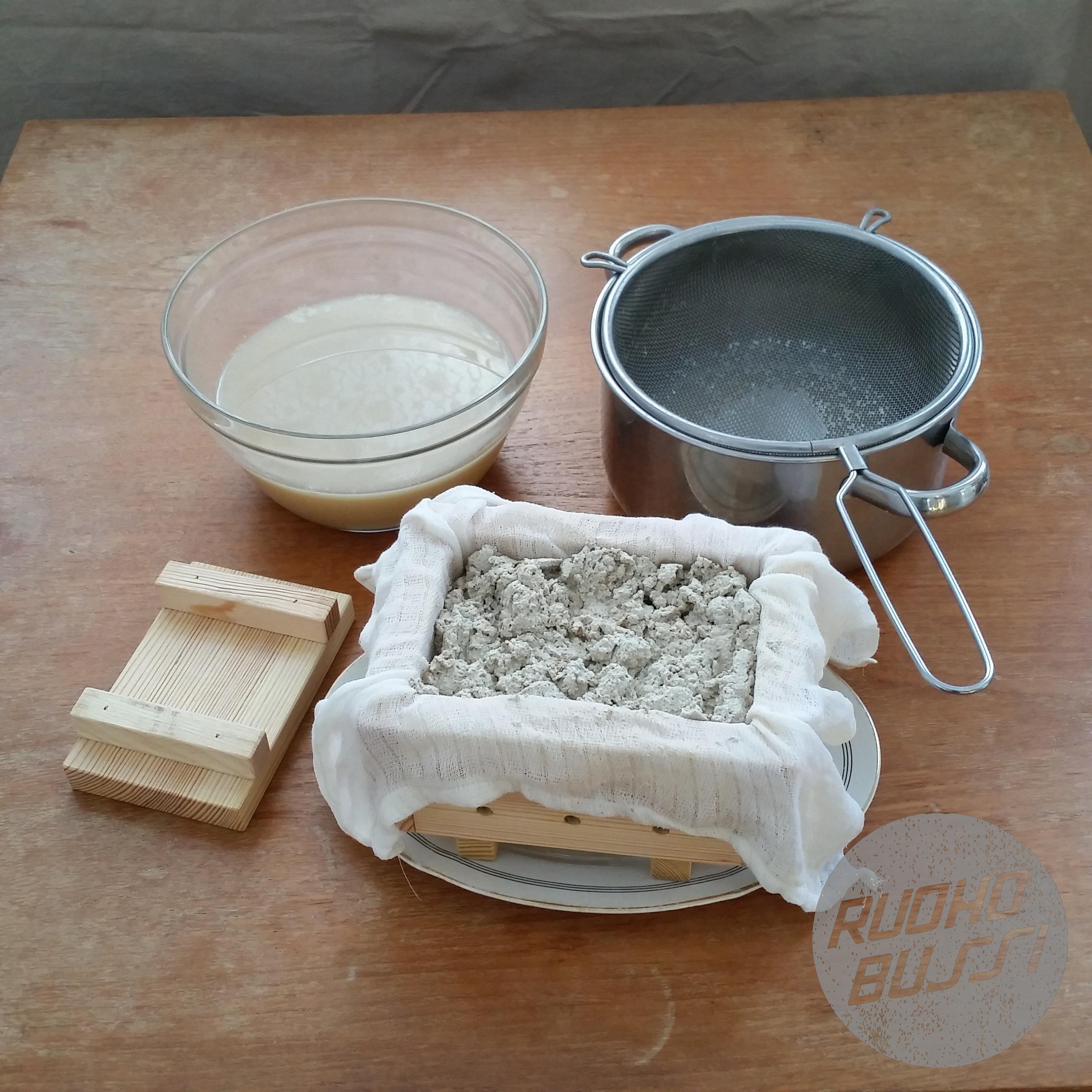 5. Prässää - Kun olet siivilöinyt hefun herasta, nosta se kankaan sisässä hefulaatikkoon.