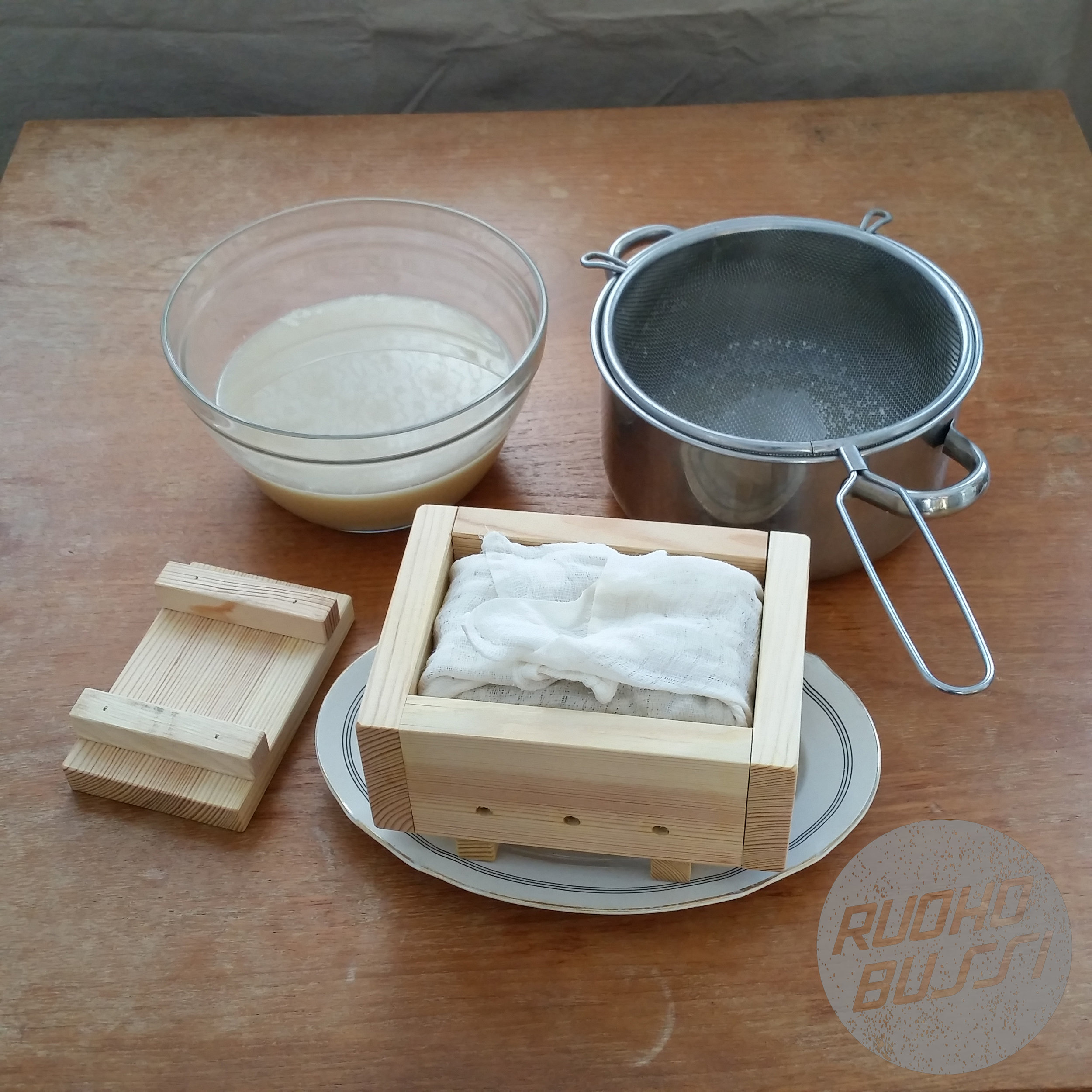 - Painele massaa laatikkoon tasaisesti ja taittele kangas.