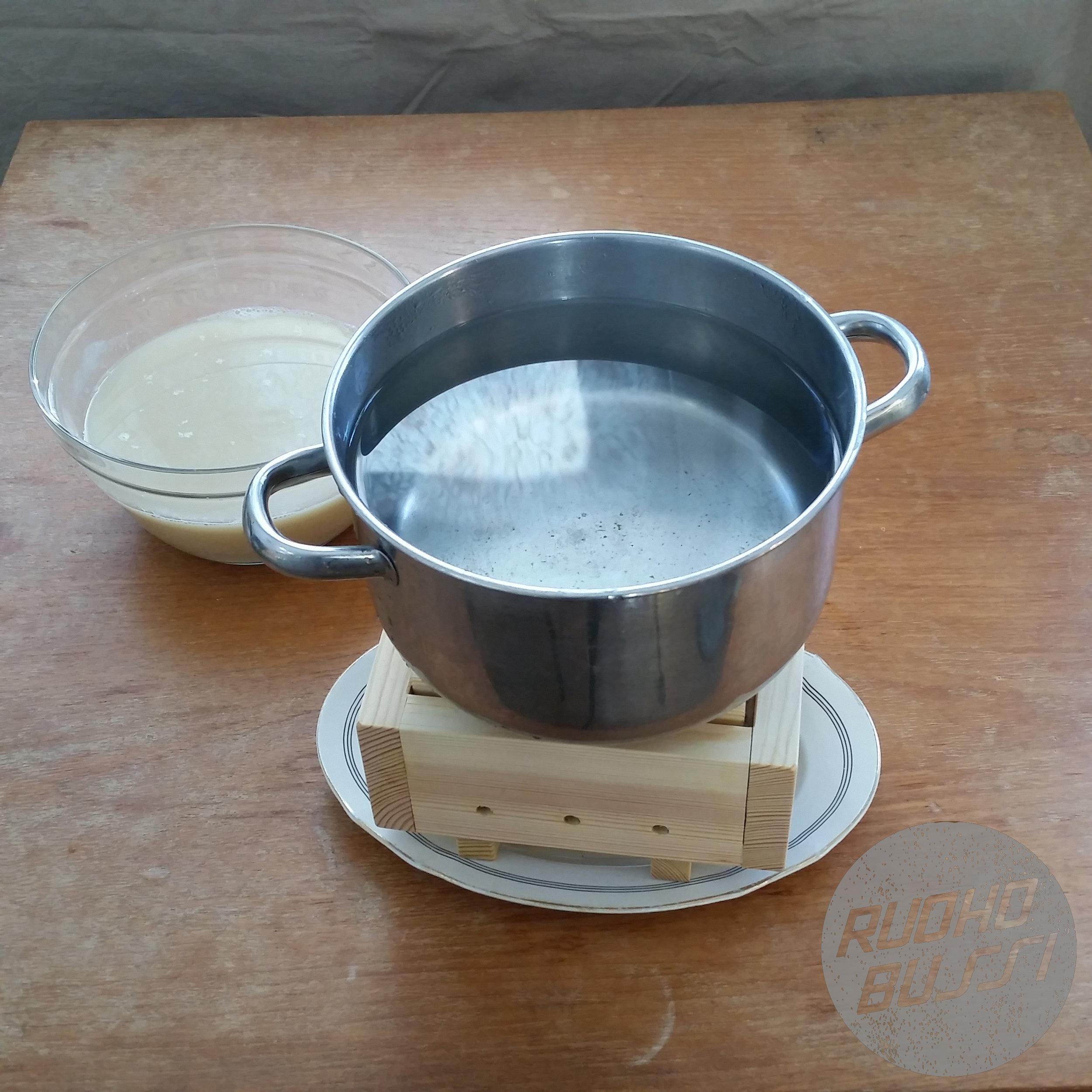 - Aseta laatikon päälle paino, esimerkiksi vedellä täytetty kattila ja anna hefun valua 30-60 minuuttia. Aika riippuu siitä, kuinka kiinteää hefua haluat. Jo puolen tunnin prässäyksen jälkeen hefu pysyy kasassa ja on helposti leikattavaa. Jos taas haluat pehmeämpää hefua, prässää vaikka vain 15 minuuttia.