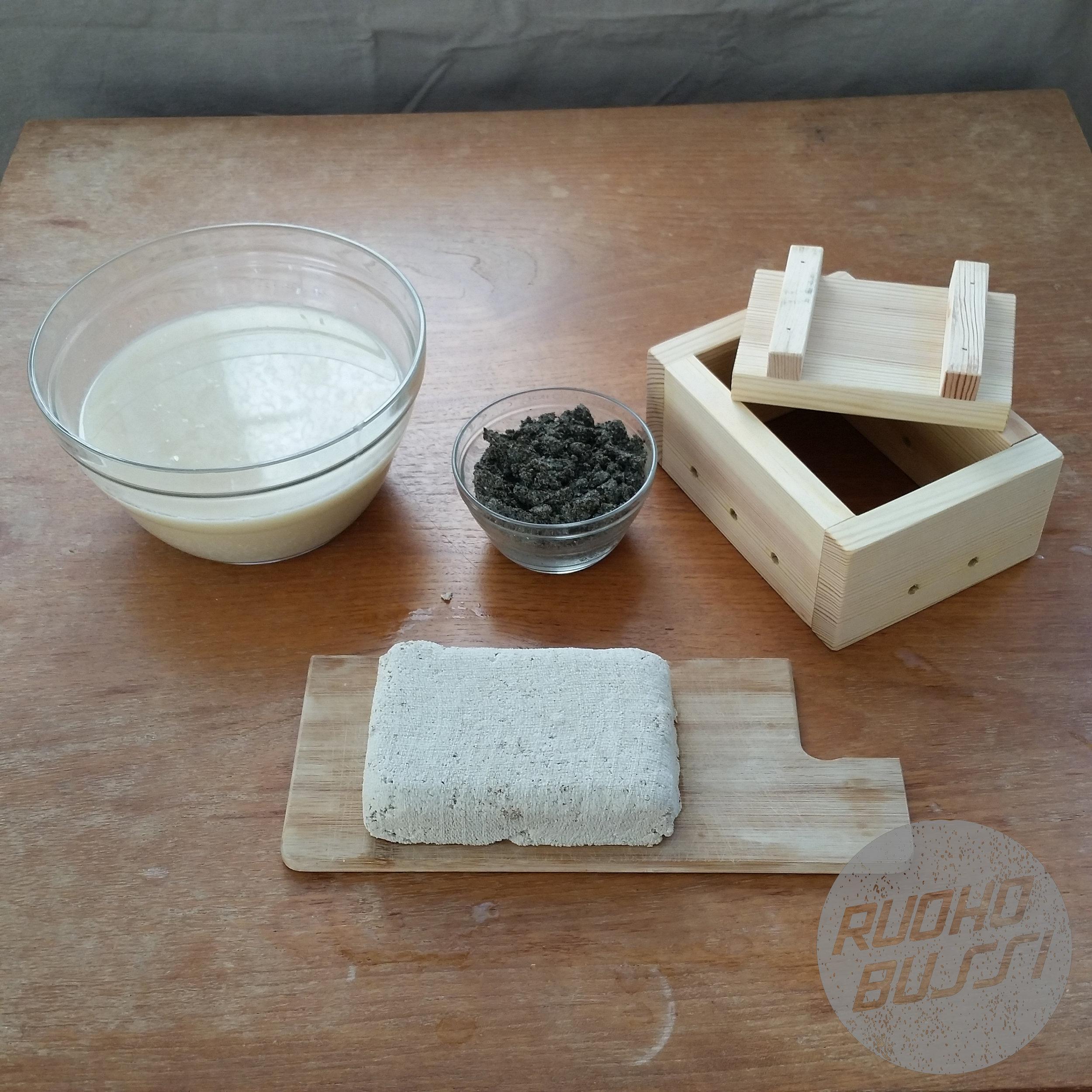 Valmis! - Kun hefu on ollut laatikossa painon alla halutun aikaa, nosta kansi ja laatikon reunat, poista juustokangas ja annan hefun vetäytyä vielä hetki.Nyt sinulla on noin puolikiloa valmista hefua syötäväksi sellaisenaan, kuorimassaa hummukseen ja sämpylöihin sekä heraa keittopohjaksi.