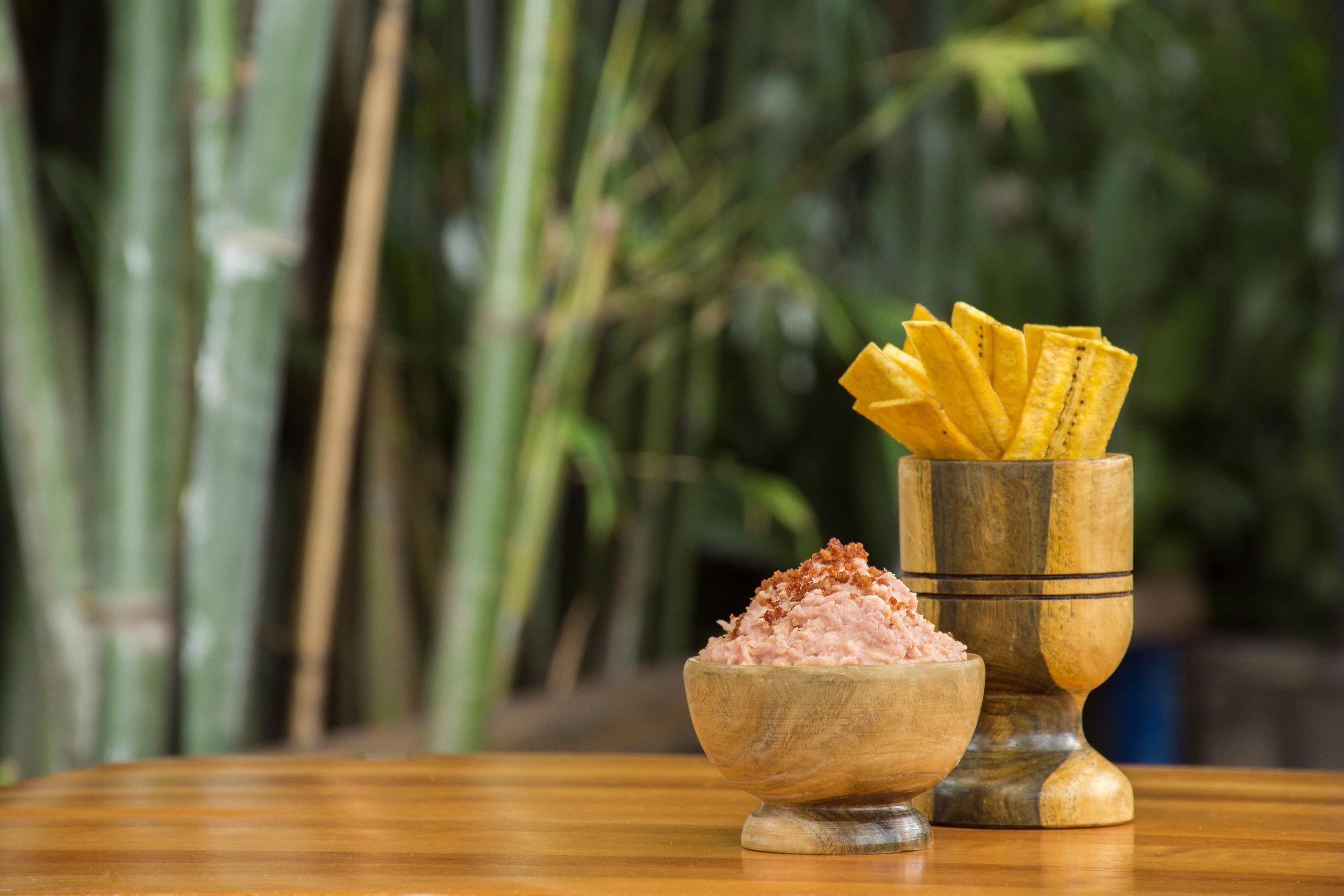 El Dip de Jamón York y Tocineta está acompañado de unas ricas chatarritas de plátano.