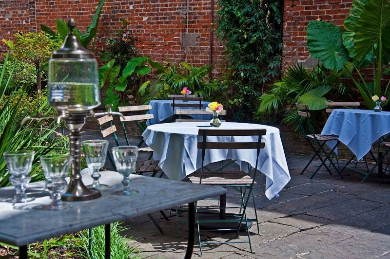 Café Amelie – outdoor dining in a courtyard