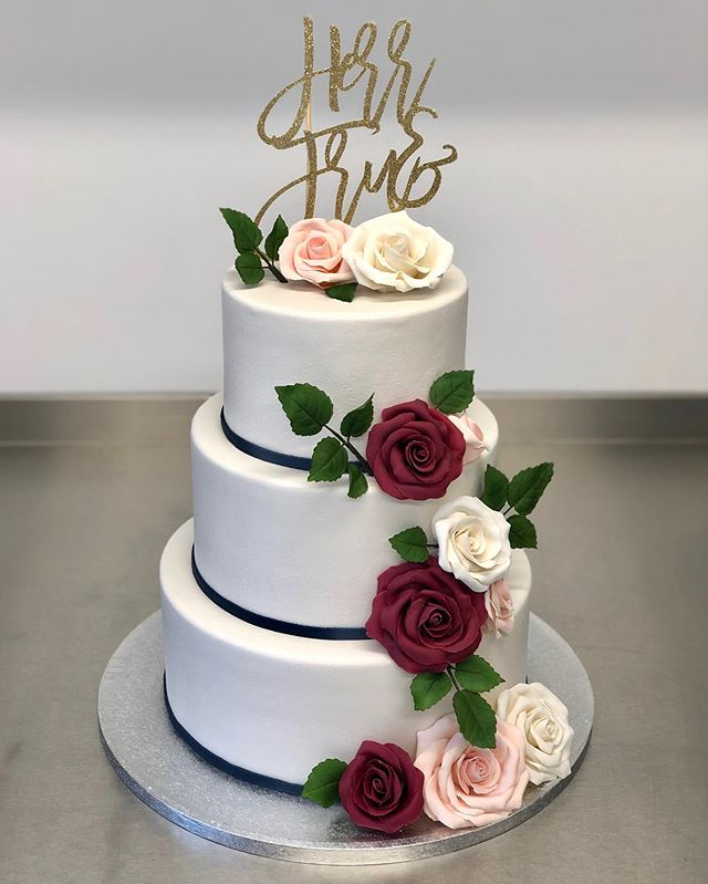 Wedding cake with marzipan roses and a custom made cake topper from @londonsparklebespokepartydecor ♥️ #heltkake #weddingcake #bryllupskake #marzipanroses #kakefrøkna