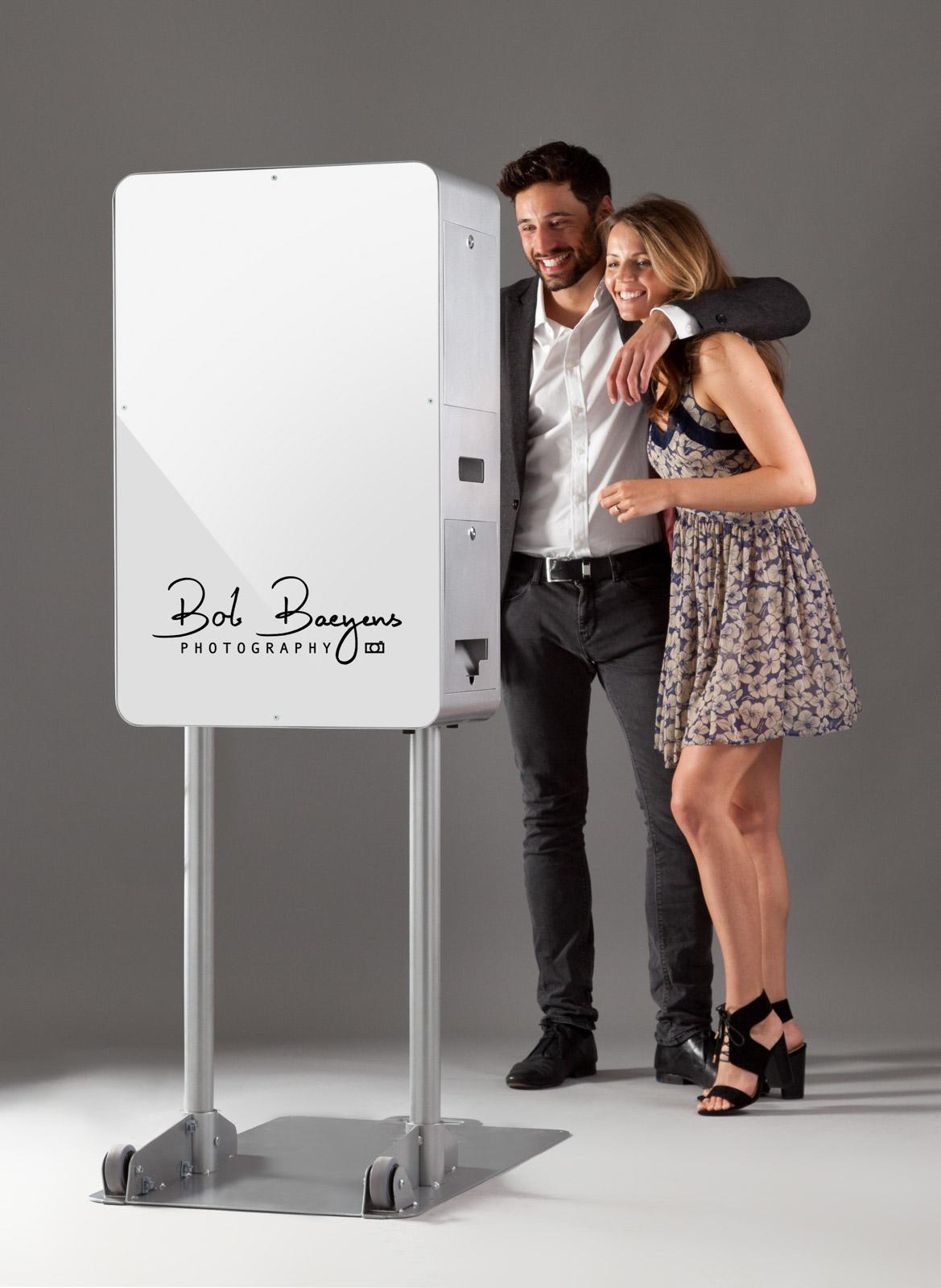 Ontwerp je eigen poster voor de achterzijde van de photo booth of neem contact op voor een ontwerp op maat.