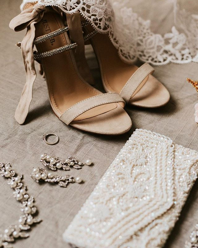 Bridal details always make me swoon! What are some details you plan to have on you wedding day? Kate Spade shoes, a vintage broach, your mother's earrings? Let me know! :)