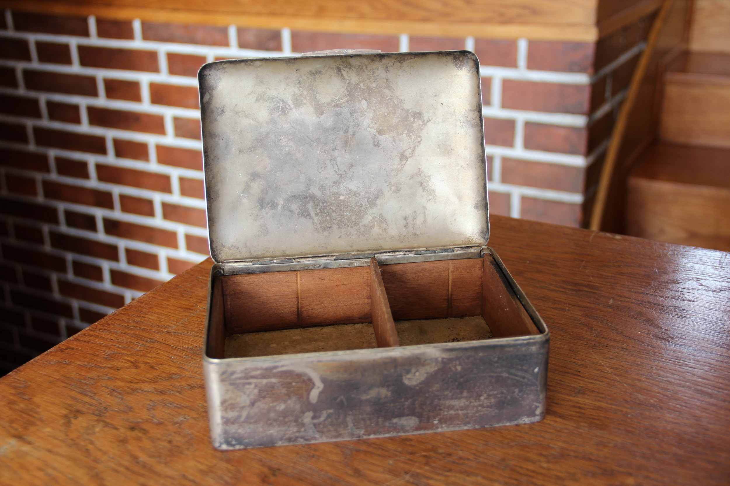 6. Krabička na karty, kov a dřevo, vyvolávací cena 800,- Kč
