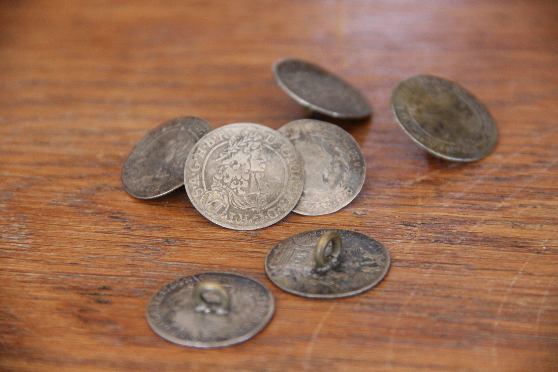 3. Sada historických stříbrných mincí upravených na knoflíky, vyvolávací cena 800,- Kč