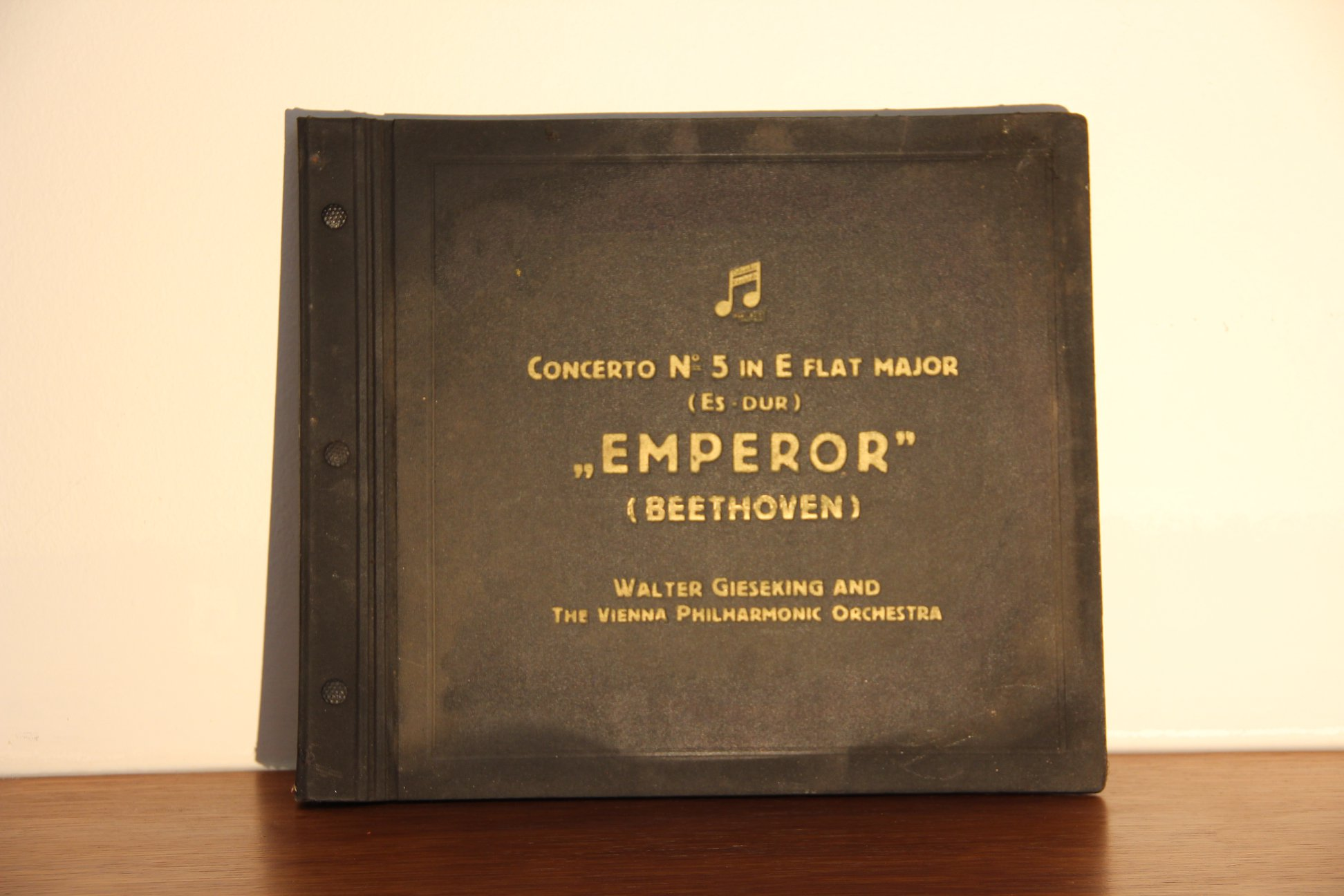 7. Beethoven, sada LP desek ve výborném stavu, jen lehce ohořelé, vyvolávací cena 300,- Kč