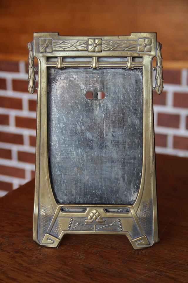 10. Secesní rámeček na fotografii. Vhodné na ředitelský psací stůl, nebo na římsu rodinného krbu, vyvolávací cena 400,- Kč