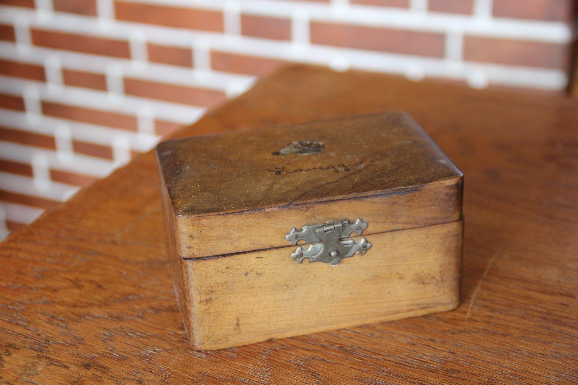 9. Dřevěná krabička - ideální šperkovnička, vyvolávací cena 400,- Kč