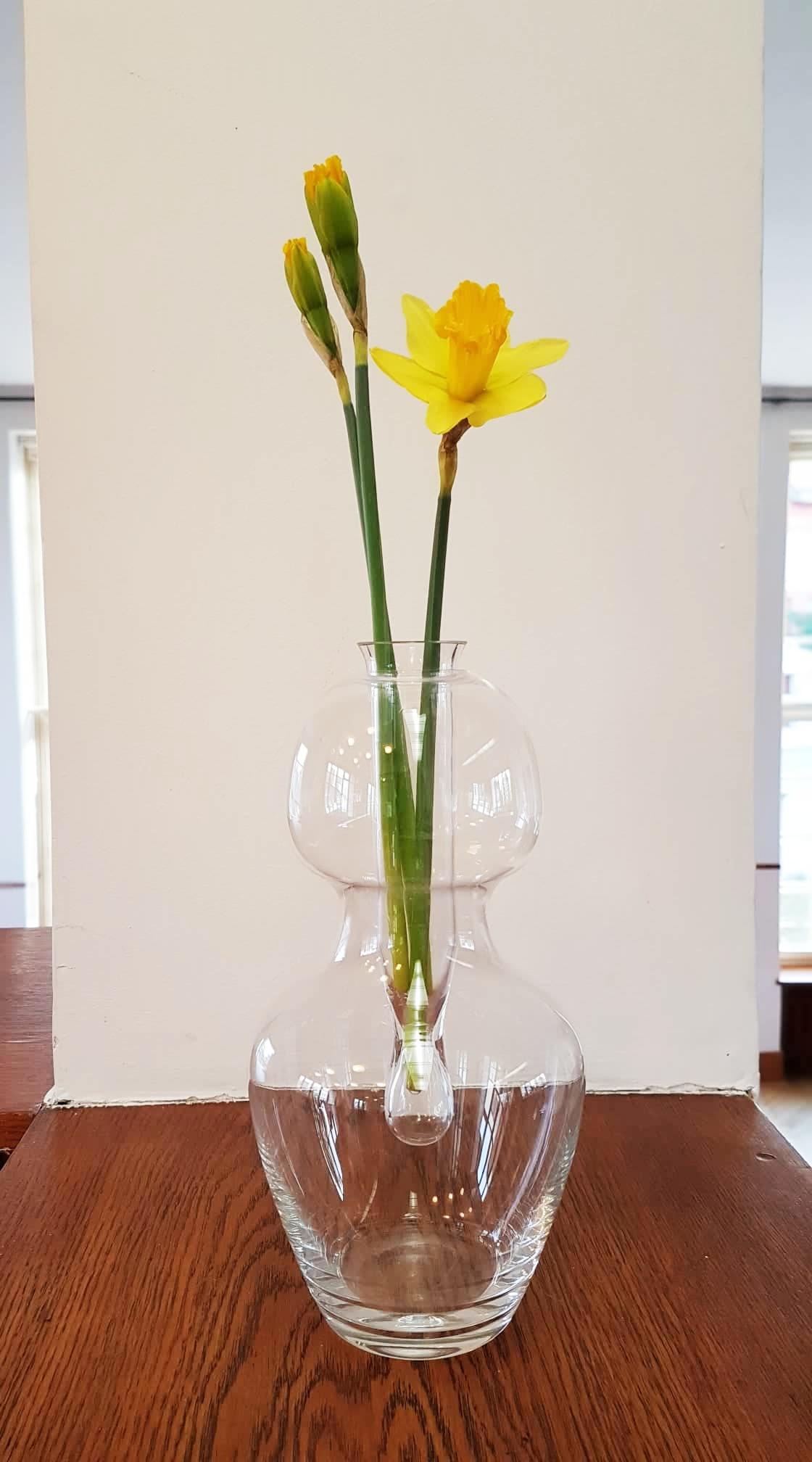 """18. Váza """"Animus a Anima"""" Kateřina Smolíková, ručně foukané sklo do formy, vyvolávací cena 800,- Kč"""