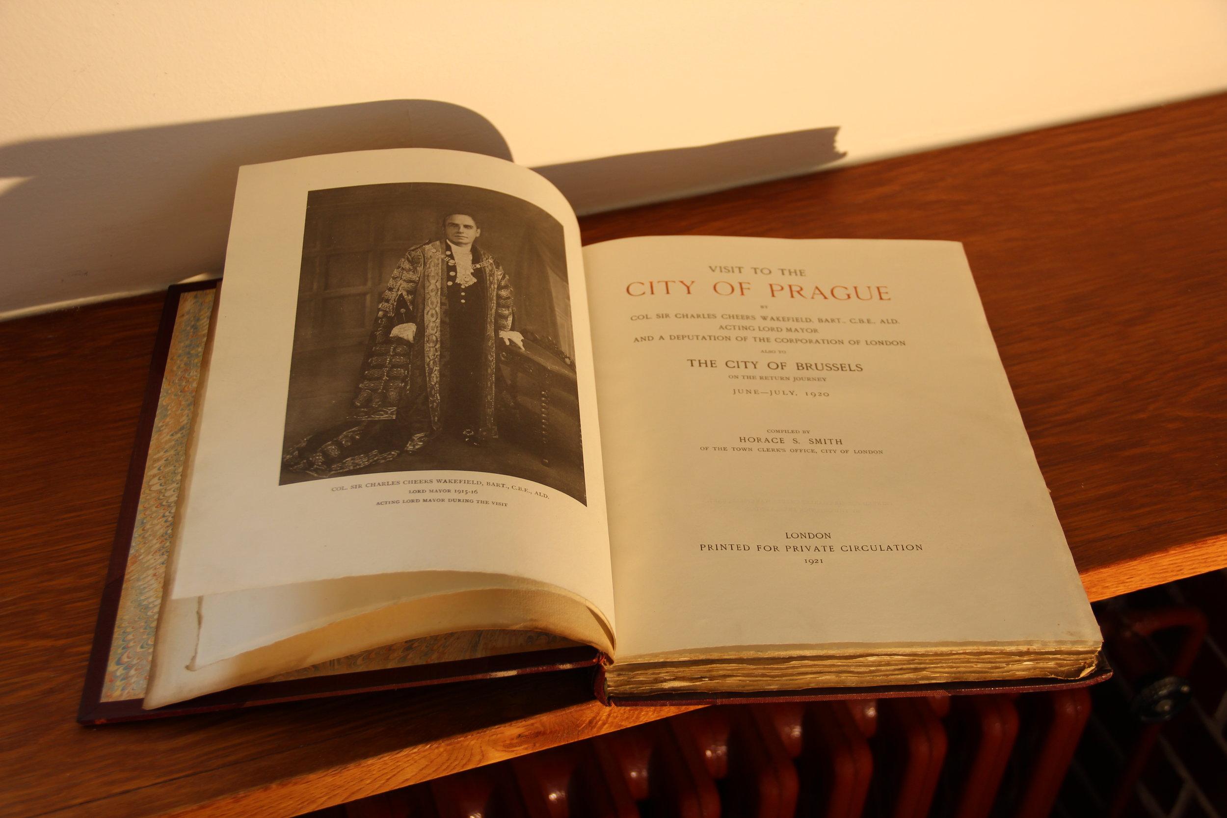 26. Kniha Visit to Prague, vyvolávací cena 1100,- Kč