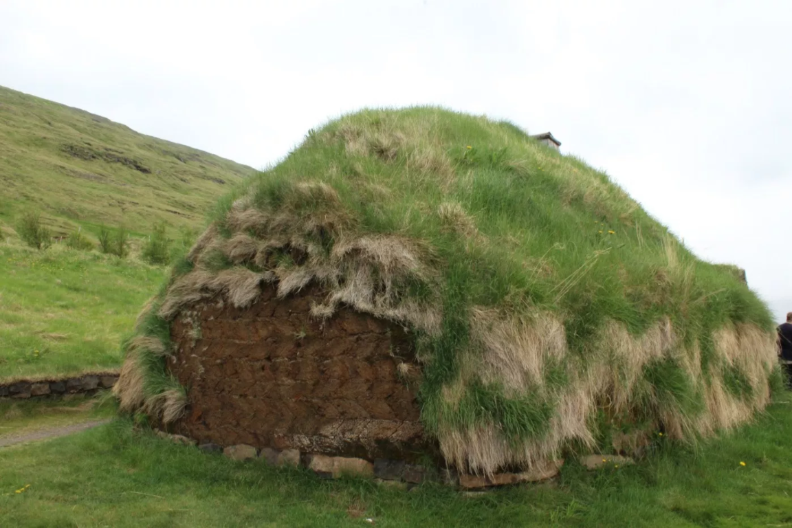 Sod is visible from the side of the turfhouse, revealing the building process.