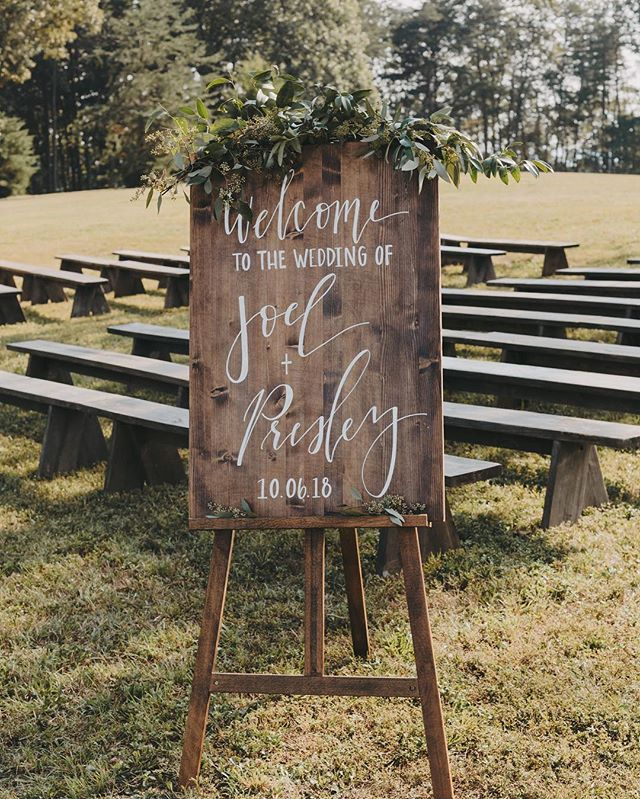 We are now booking custom wedding signage and sign rentals for 2019 weddings. Email us to book your wedding date! | email in bio | 📸: @alexisdimmer_