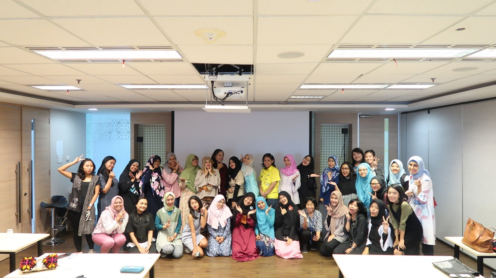 Me and a few of talented bloggers from Blogger Perempuan posed after a workshop on SEO blogging. Can you spot me? (Credit: BP Network)