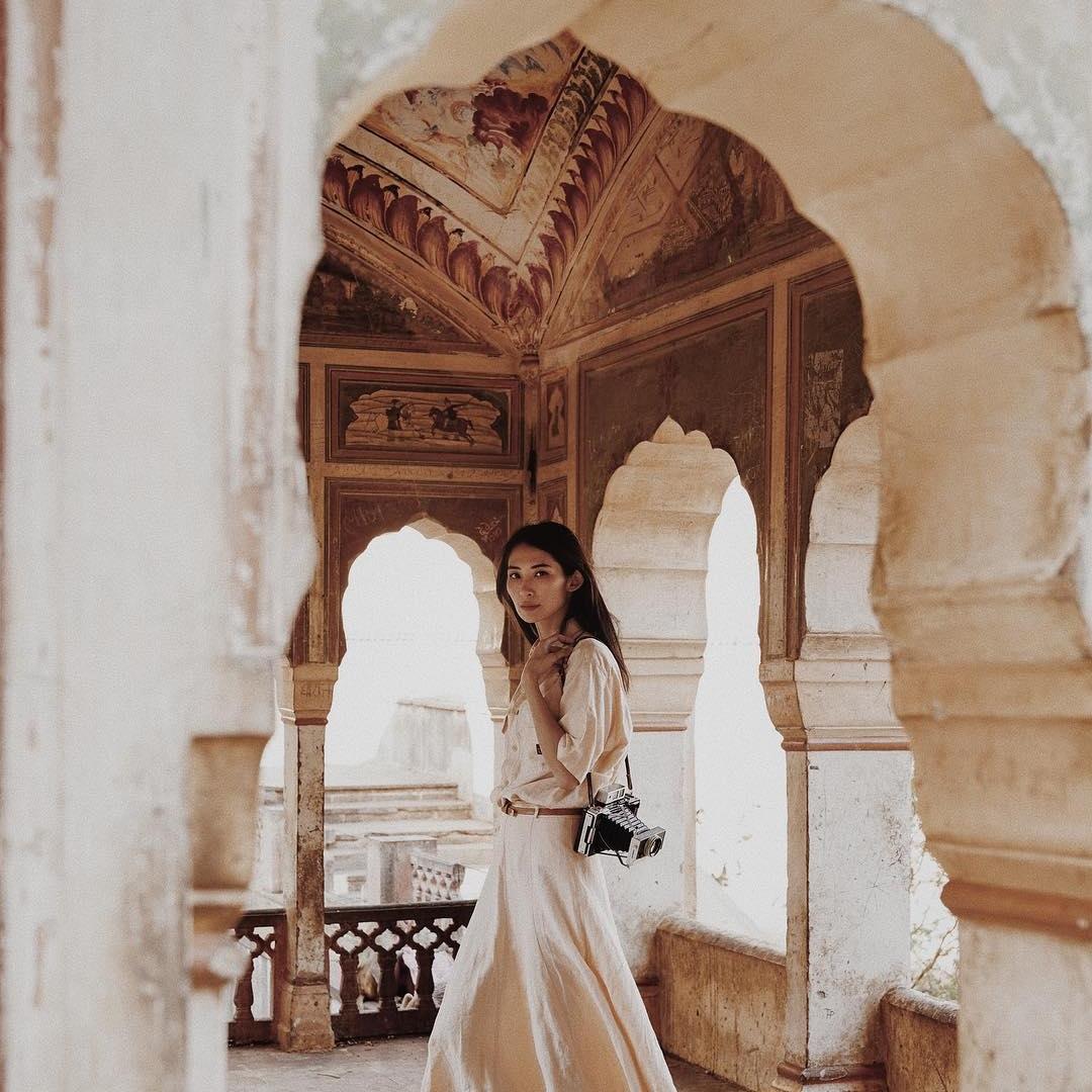 India - Nggak pernah terpikir oleh saya untuk pergi ke India sampai fotografer dan blogger favorit saya, Nicoline Patricia, memamerkan perjalanannya di akun Instagram-nya. Wah, gila, sih. Foto-fotonya selama trip di India benar-benar dreamy dan majestic gitu, pokoknya bikin ngiler! Alasan mengapa saya awalnya nggak ada niatan untuk mengunjungi negara tersebut adalah karena saya kurang sreg mendengar klaim-klaim negatif soal scam dan joroknya India. Tapi semuanya sudah dijelaskan dan diklarifikasi secara lengkap oleh Nicoline di blognya. And since that, I've been dreaming to visit the beautiful Jaipur…Image credit: Instagram