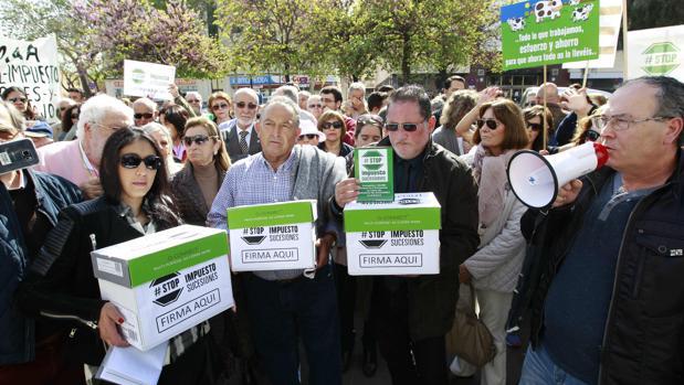 Fuente: ABC Sevilla.Los manifestantes han entregado 54.000 firmas