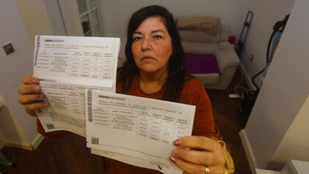 Emma, afectada por el impuesto de sucesiones, muestra las notificaciones de embargo en su casa -FRANCIS JIMÉNEZ