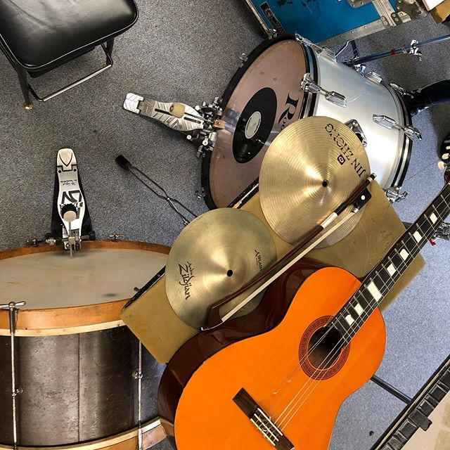 Bass drums, tiles, a guitar and industrial bowed metal sounds were at the centre of a development day with Liam Flenady not so long ago. Perhaps some of these elements will sneak into our first improv session at @hotelesplanadestkilda coming up on August 27th. Come along to find out! . . . . #ossicle #duo #melbourne #contemporary #music #recital #music #bassdrum #cymbal #improvisation #hotel #esplanade