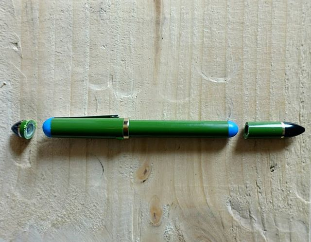 I recently started using this fountain pen to draw and I absolutely love it. It's a Sailor fude nib and it allows you to draw thin or thick lines easily. My only problem was carrying it. The pen is really long and has no clip, so it's a pain to keep on your pocket. My solution was to cut down the unnecessary ends of the lid and the body, add a clip from an old pen and use #sugru to close the ends again. Now it's perfect.  #fountainpen #sailorfude #sailorfountainpen #fudenib #mysugrufix #diy #hack