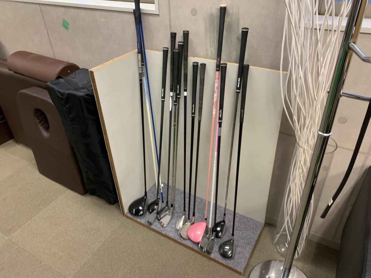 若松河田エリアのレンタルジムのゴルフ練習器材