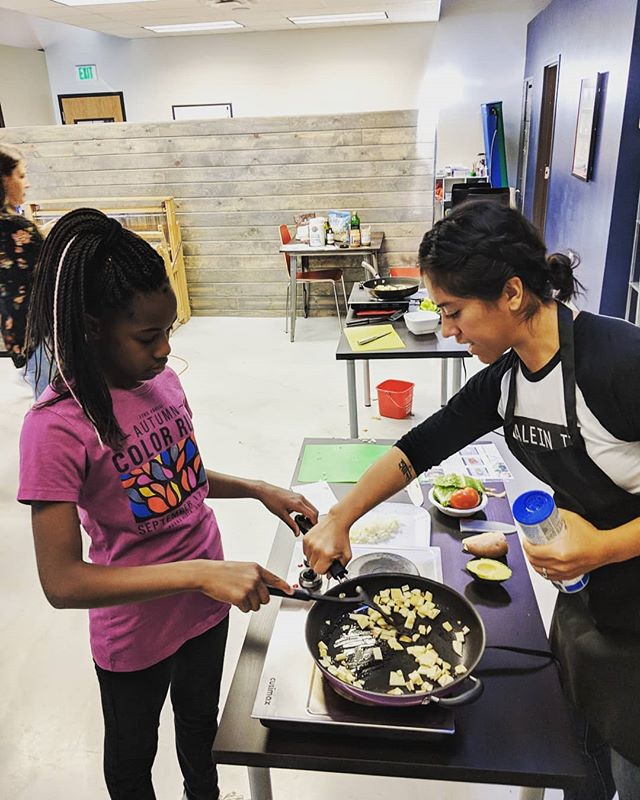 Week two of cooking classes ✔️! Students reviewed stove safety techniques, learned knife safety skills, and learned about added sugar during their nutrition education lesson 😎😎😎 Everyone did so great and we are SO thankful for our volunteers who were absolutely key in supporting each student in their individual successes. 🙏🙏🙏 #healthyfullyindependent #afreshstart . . .  #cooking #adaptivecooking #cookingskills #ot #aba #recreationtherapy #therapeuticrecreation #kidscooking #kidswithautism  #kidscookingclass #autismrocks #lifeskills #glutenfree #dairyfree #glutenfreerecipes #colorado #adaptivecookingclasses #autism #ability #independence #homeschool #homeschooling #lifeskills #cookingclasses #kidscookingclasses