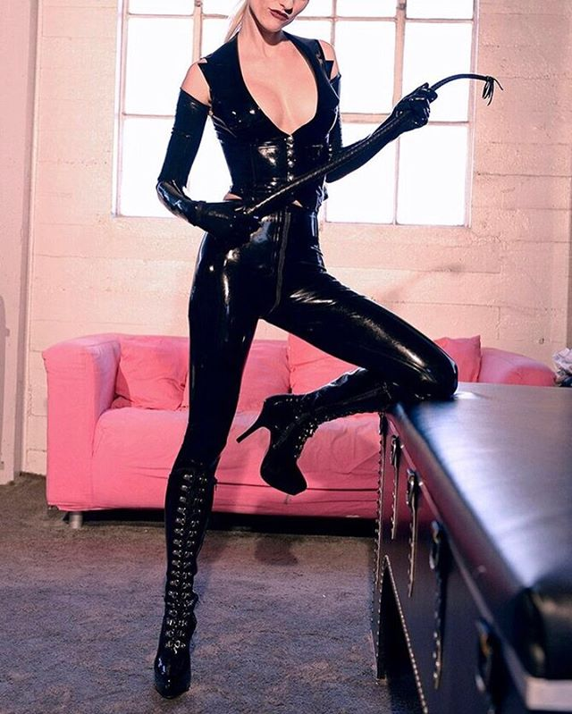 Are you a latex lover? Or rather leather? I like them both, but shiny latex has something to it.. hmmmm  My schedule for next week in New York is fully booked. September 16-20th I will be in LA, next available appointments for NYC from September 23rd! Email 📧 goddessvictoria@protonmail.com or fill out my form on my website.. www.bdsmbyvictoria.com • • #misstress #backinaction #bdsmnyc #kinknyc #dominatrixnyc #lady #goddessvictoria #whip #latex #latexpants #latexvest #crotch #boots #latexboots