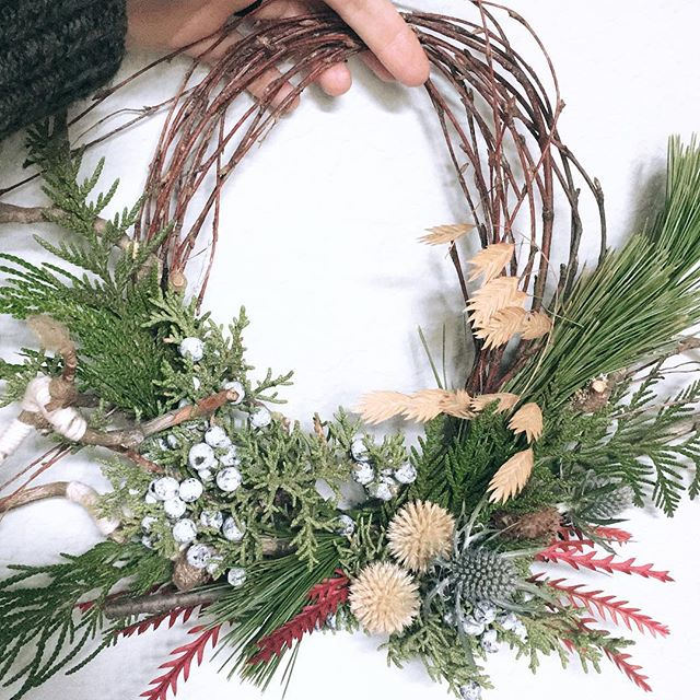 'Tis the season!  Shoutout to @blacklotusdesign & @haystackfloral for the gorgeous stick bundle base that I've been able to repurpose from last year's pop-up shop! . . . #floraldesign #floraldesigner #centerpieces #watersignefloral #weddingflorist #weddingflowers #sandiegofloraldesign #sandiegoflorist #freshflowers #holidaydecor #holidaywreath #diywreath #christmaswreath