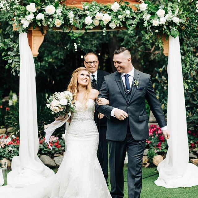 Gorgeous capture of Kendall + Jake just married! 📸 by @clarisse.rae #floraldesign #floraldesigner #centerpieces #watersignefloral #weddingflorist #weddingflowers #sandiegofloraldesign #sandiegoflorist #freshflowers