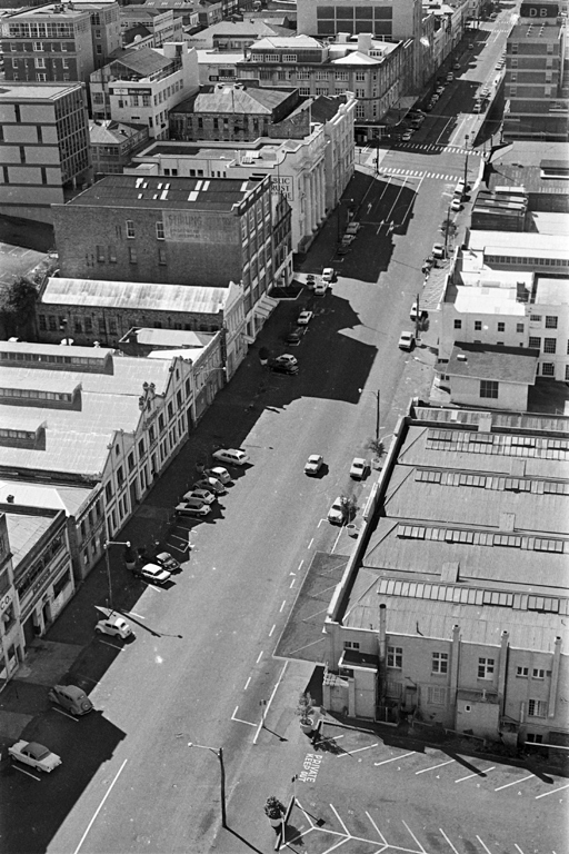 1973: Looking north along the east side of Albert Street from its junction with Wellesley Street West, showing (from left to right) the ANZ Bank, the Albert Street car park, and the DB Tavern (Photo Sir George Grey Special Collections, Auckland Libraries, 786-A031-5)
