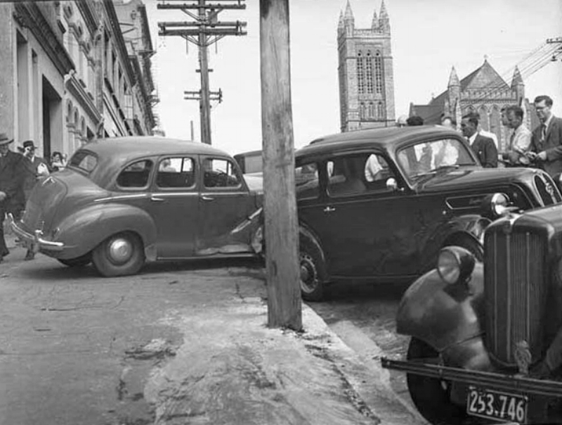 1956: Car accident in Wellesley Street West (Photo: Sir George Grey Special Collections, Auckland Libraries, 580-2760)
