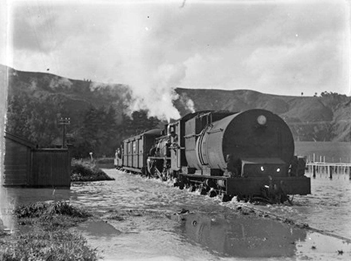 The Māori word for steam engine or train is atau whiowhio.