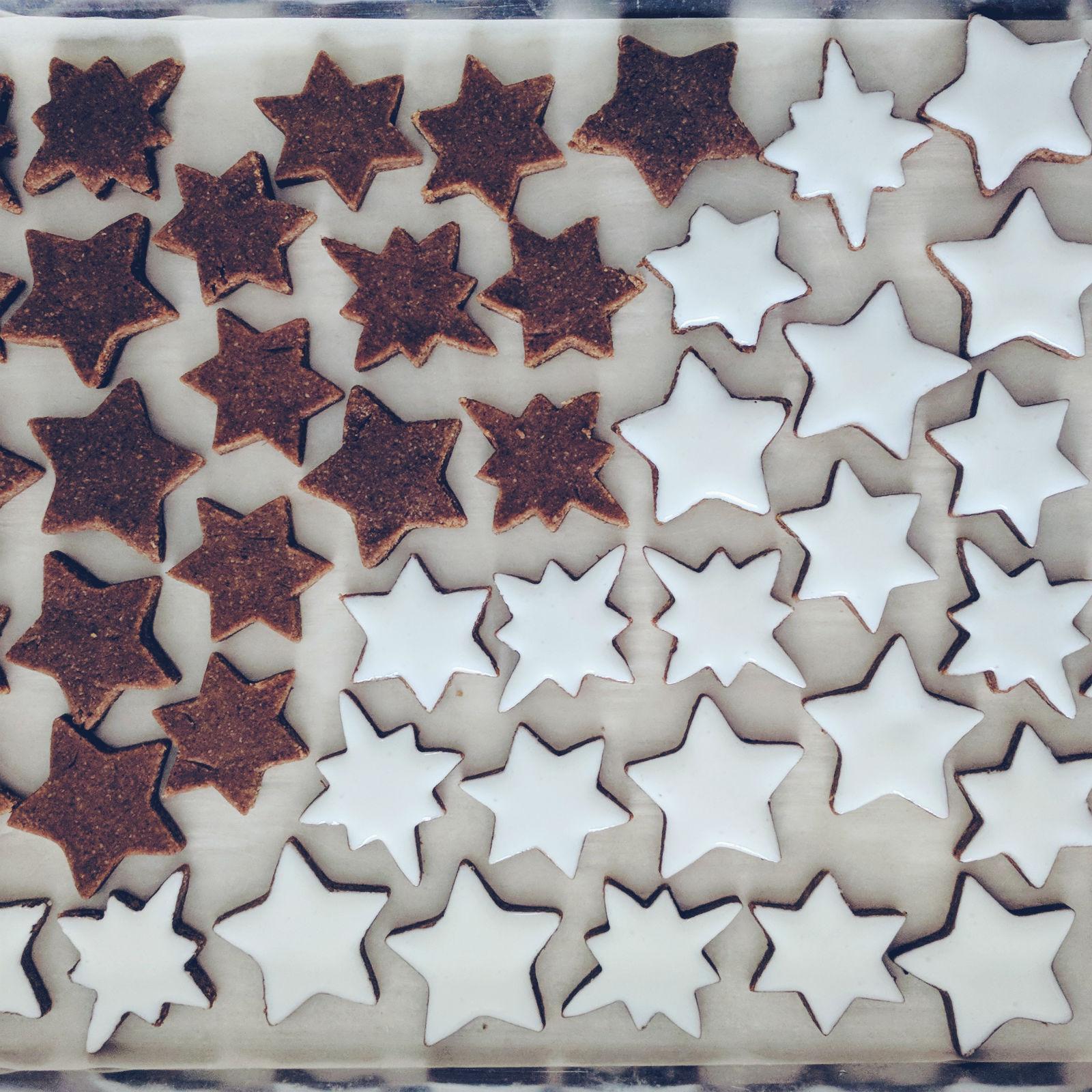 Zimtsterne, cinnamon stars, process shot.