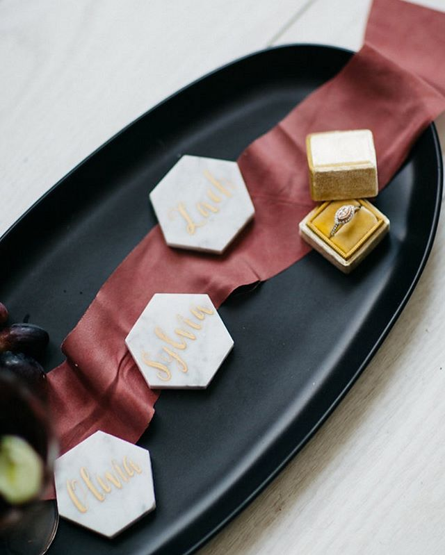 Unique and creative design elements are what will take your big day to the next level! These marble tile place cards by @sugaredfigpaperie are sure to stun your guests ✨