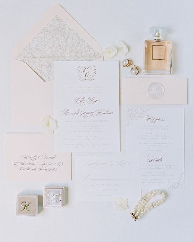 When we started Kelly's invitation process months and months ago, she (thought) she wanted just black and white invitations!! But I am so glad we ended on this stunning gold foil invitation suite with touches of pink and beige! It completely set the stage for her and Cole's elegant ballroom wedding! Invitations by @pinkchampagnedesigns