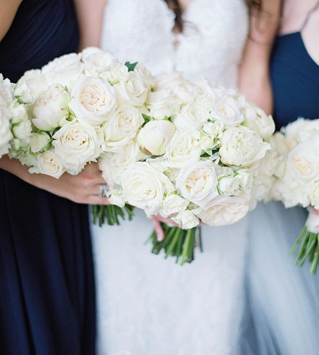 Friday is finally here!! 🙌🏻✨ y'all, my schedule has been so crazy lately I can't even remember what day it is 🤪 and for me, when things get crazy, the first thing to go is posting regularly on social media! So enjoy this photo of @kellymarieod stunning bouquets from @somethingprettyfloral and stick with me until things calm down and I  can post even more beauties like this one! 🌸🌹🌷🌺