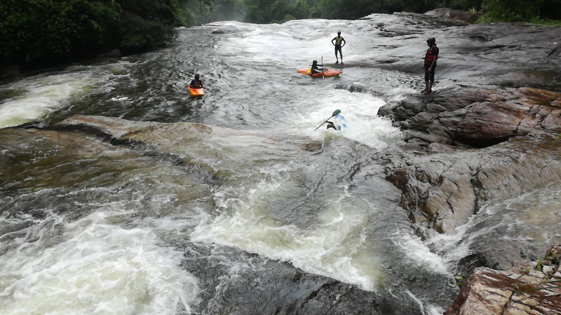 Kayaking in Sri Lanka on the Kelani river in Kithulgala