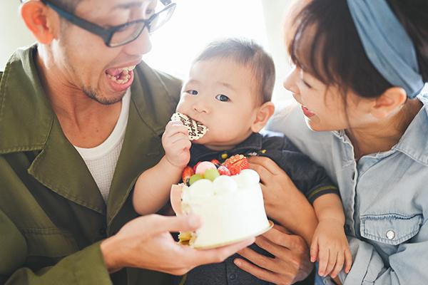 とっても楽しい時間をありがとうございました‼︎ いやぁ〜、笑った!楽しかった!  実は最近いつまで赤ちゃんって呼ぶのか調べて1歳からは赤ちゃんではなく幼児ってコトを知り、成長が嬉しい反面なんだか少し寂しかったんです。  でも今日、記念すべき最期の赤ちゃんdayを笑顔で親子3人いつも家で遊んでる空気感までそのまま写真に残してもらえて本当に良かった。何年経ってもあの時こんな感じでよく笑って子育てしてたよね〜♪って話せるんだろうなとニヤニヤしております。   1歳お誕生日撮影 Tさんご家族