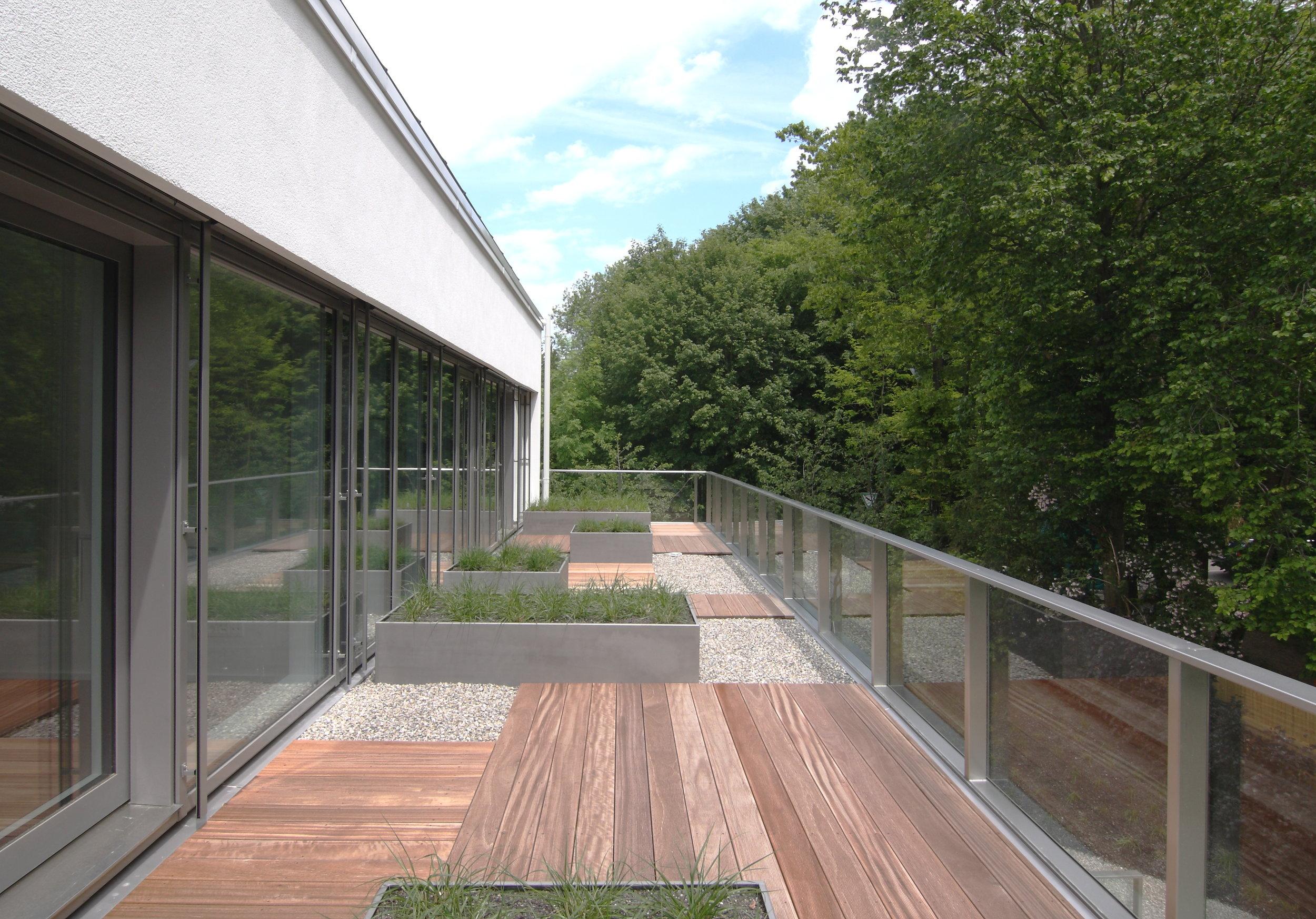 Cut   Belagwechsel unterbrechen die Terrasse und lassen Räume entstehen.