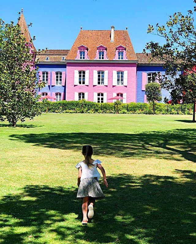 Naturally she ran towards a pink chateau as quickly as she possibly could 💖. Our Woman in Progress this week is also a fab of all things pink and I reckon would feel very much at home here @lestelsia - do please take a minute and check out her interview up on the blog now.