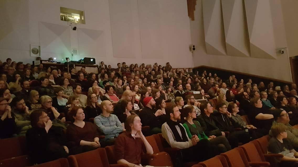 Salaviinanpolttajat-ensi-ilta veti Pyynikkisalin täyteen yleisöä.